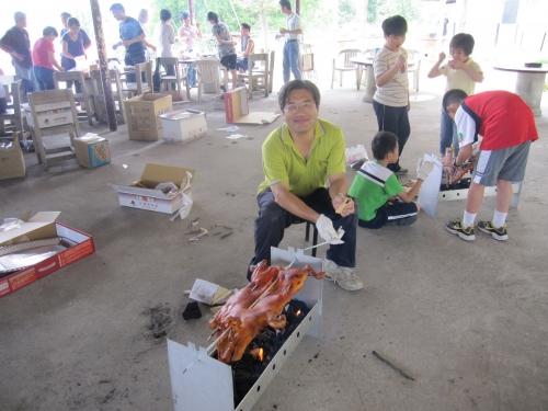 總務處採購組黃永明組長示範烤乳豬