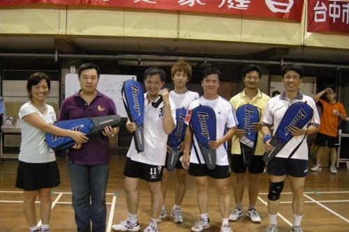 經過激烈的賽事後,由就友室李成主任頒發獎品給冠軍隊伍