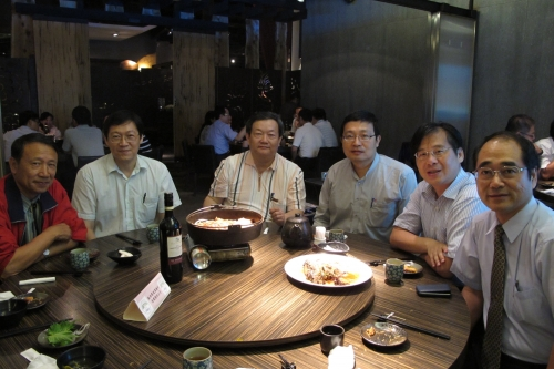 張鎮南主任(右)、嘉義縣環保局李健育局長(右二)與其他校友合影