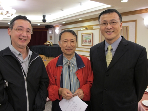黃隆正校友(左)、陳炳煌老師(中)與陳世偉校友(右)