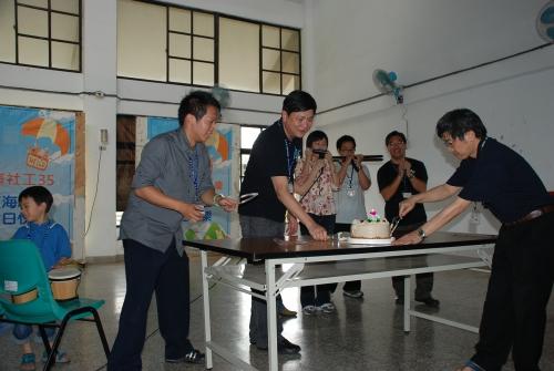 系友會陶蕃瀛會長(20屆)、彭懷真系主任以及系學會林志儒會長切蛋糕