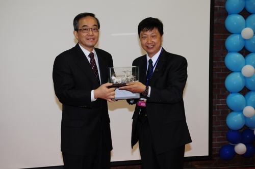 印尼校友會(黃賢安校友)致贈母校紀念品馬來西亞校友會
