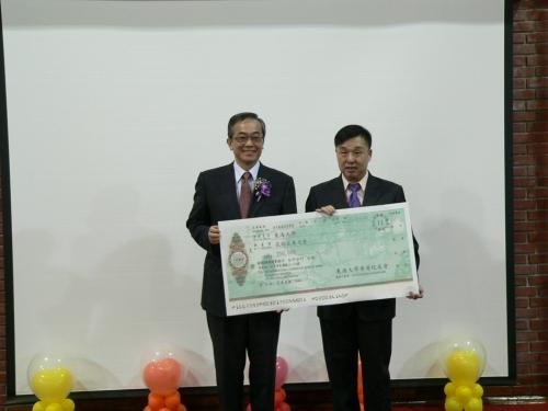 就友室李成主任代替香港校友會捐款