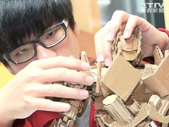 東海大學「紙板神手」鍾凱翔!自製等比鋼鐵人模型