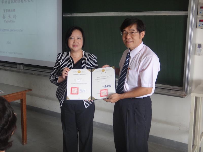 就友室黃皇男主任(右)代表頒發聘書