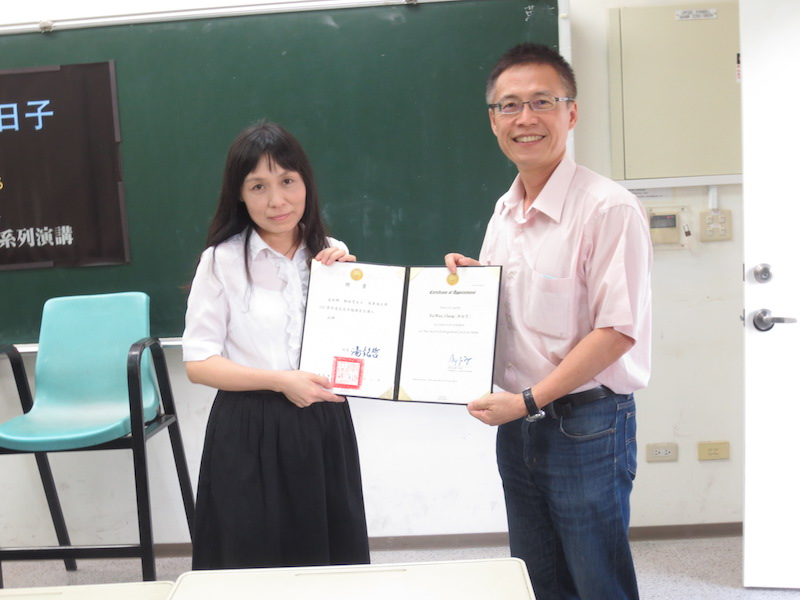 通識中心潘兆民老師(右)代表頒發聘書
