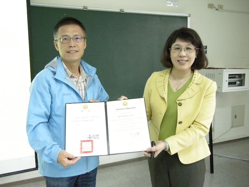 通識中心潘兆民老師(左)代表頒發聘書