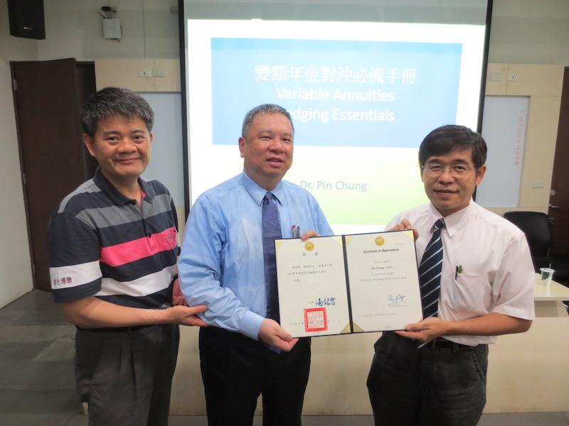 就友室黃皇男主任(右一)及經濟系廖培賢主任(左一)代表頒發聘書