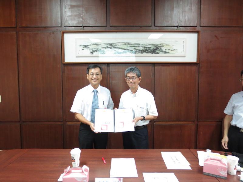 東海大學湯銘哲校長(左)頒發聘書