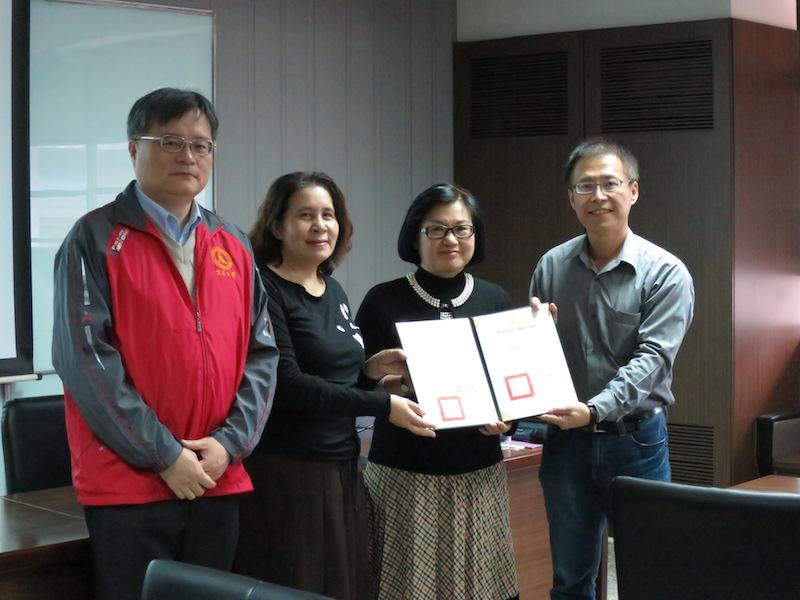 潘兆民主任(右一)代表頒發聘書予吳安妮校友(右二)