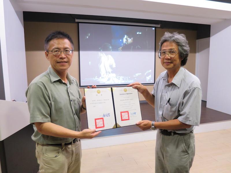 校友聯絡室主任代(左)表頒發聘書