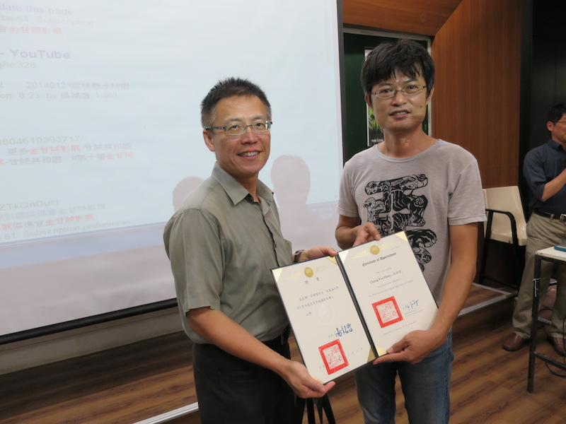 就友室潘兆民主任(左)代表頒聘