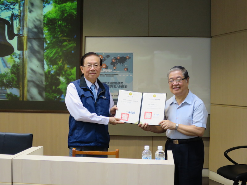 巢志成副校長(右)代表頒發聘書與田弘茂校友(左)