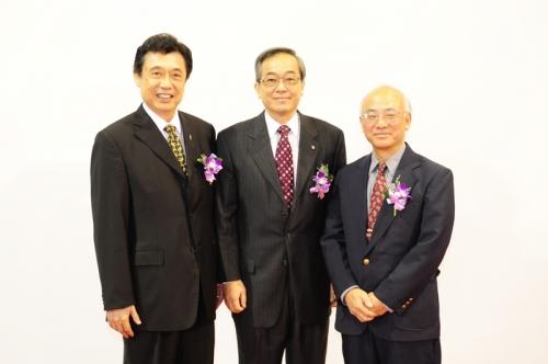 李運進校友(左)、程校長(中)以及吳春放校友(右)