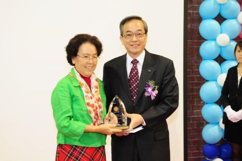 張圖南校友由張麗琍校友代表領獎